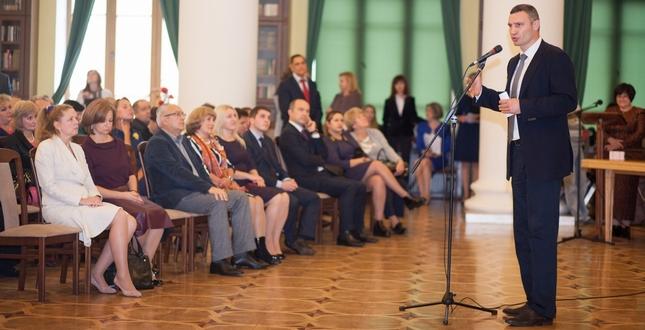 Віталій Кличко вручив відзнаки і нагороди кращим освітянам столиці