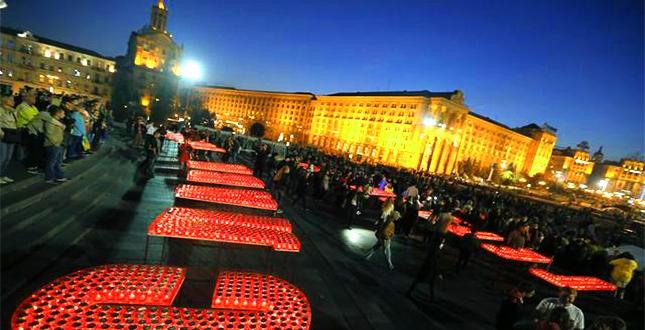 12 жовтня на Майдані Незалежності відбулася молодіжна акція «Запали свічку нашим Героям» на підтримку учасників АТО, вшанування пам'яті полеглих воїнів України та Героїв «Небесної сотні»